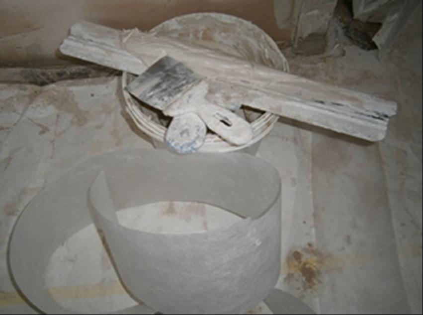 Фото. Как и на что клеить флизелиновую ленту. Как заделать трещину чтобы она не появилась снова.