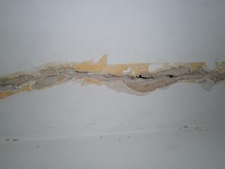 Фото. Расшивка трещин. Как заделать трещину в стене.