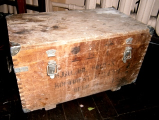 Фото. Старый ящик для авиационных запчастей. Расписная мебель, художественная роспись в интерьере. Мастер класс от творческой мастерской Огонь.