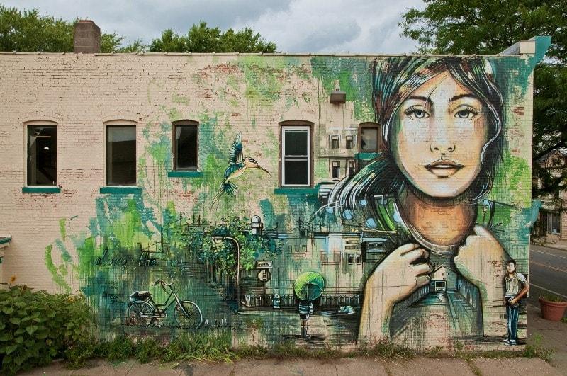 Мурал нарисованный в 2014 году, в Рочестере. Его создала римская стрит-арт художница Alice Pasquini.