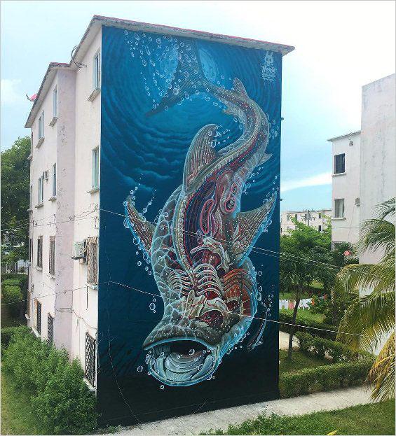 Мурал TRANSLUCENT WHALE SHARK нарисовал в 2017 году в Канкуне австрийский стрит-арт художник Nychos