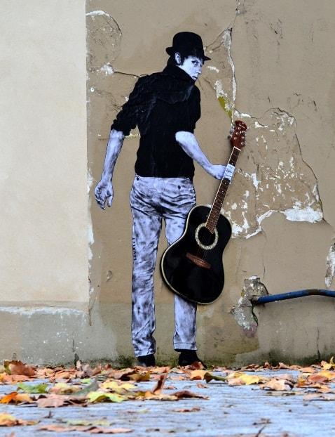 Мурал «Orphee» был нарисован в 2013 году, в Париже. Его нарисовал французский художник Levalet.