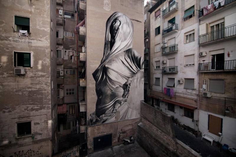 Мурал «Iside» был нарисован в 2017 году, в Неаполе. Его нарисовал аргентинский художник Bosoletti.