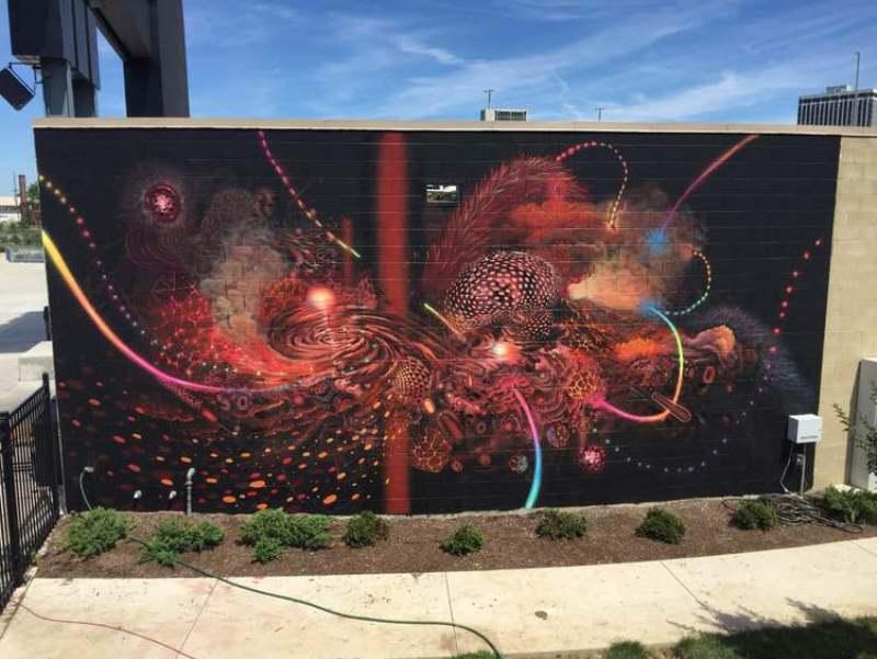 Мурал был нарисован в Нашвилле Его совместно нарисовали 2 художника: Curiot (Мексика) и MARS-1 (США).