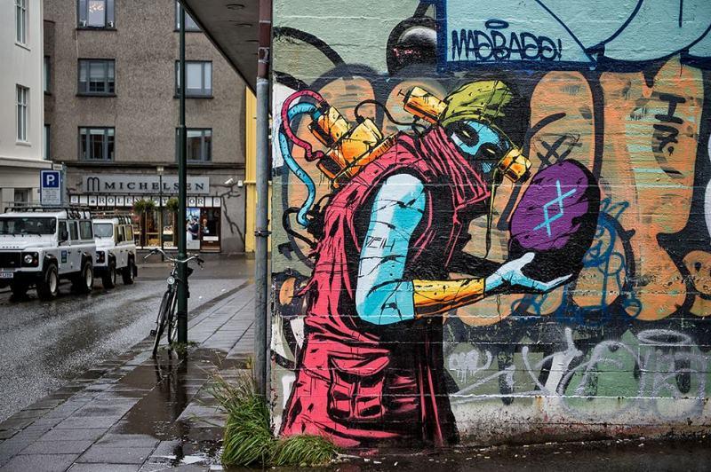На фото мурал нарисованный в 2015 году в Рейкьявике. Его нарисовал испанский стрит-арт художник Deih