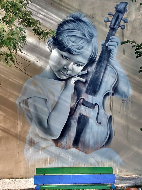 Мурал «Девочка со скрипкой» был нарисован в 2016 году, в Киеве, украинским художником А. Корбаном.