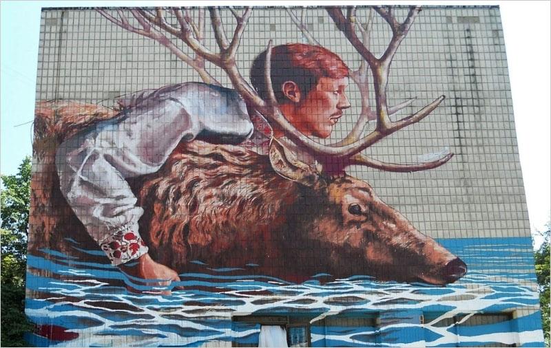 На фото мурал нарисованный в 2015 г, в Киеве. Его создал британский стрит-арт художник Fintan Magee.