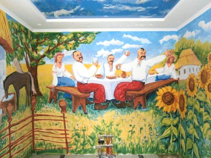 Украинская роспись на стенах и другой авторский декор.