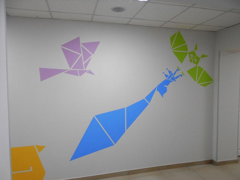 Рисунок сова, белочка, сорока. Декор стен.