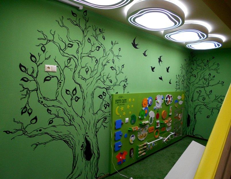 Рисунок дерева на стене детской в Песто Кафе / Pesto Cafe.