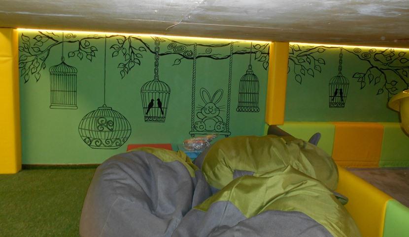 Оформление детского сада, рисунки кистью на стене.