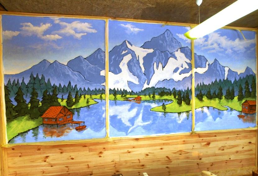 Рисунок на стене горы, река, домик.