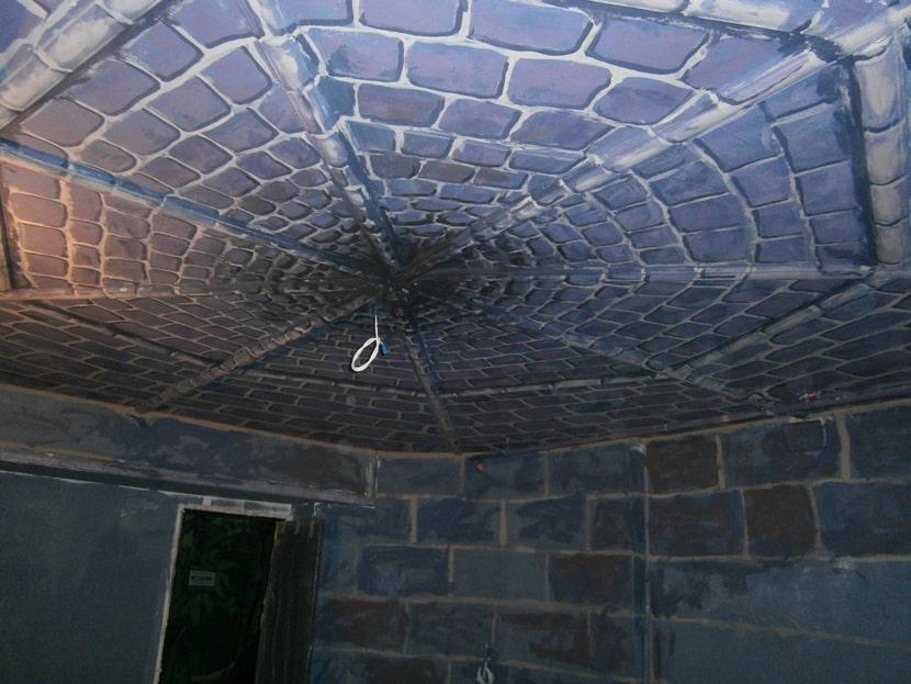 На фото роспись стен и потолков под камень.